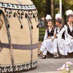 Как правильно встречать молодоженов — о кыргызской традиции «отко киргизүү»
