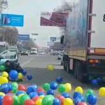 Из фуры разбросали сотни шаров на дороги Бишкека — это законно? Видео